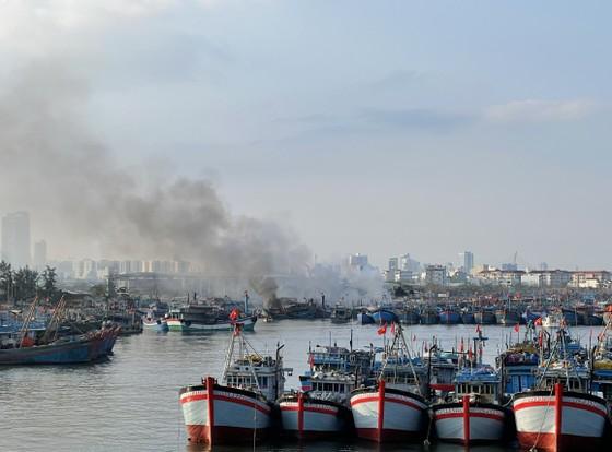 Đà Nẵng: 3 tàu cá cháy lớn khi đang neo đậu tại bờ ảnh 1