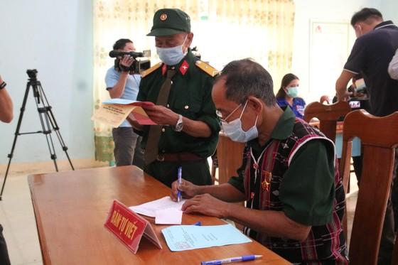 Hàng ngàn cử tri vùng biên giới Quảng Nam đi bầu cử sớm ảnh 6
