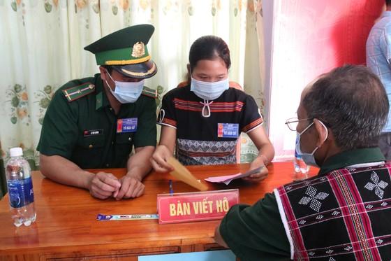 Hàng ngàn cử tri vùng biên giới Quảng Nam đi bầu cử sớm ảnh 7
