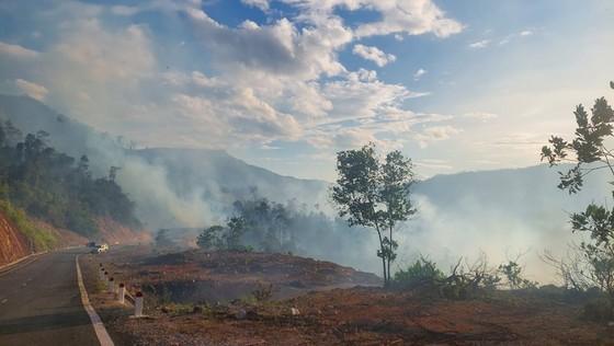 Quảng Nam: Nỗ lực dập tắt vụ cháy rừng tự nhiên tại huyện Nông Sơn ảnh 1
