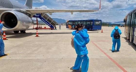 2 chuyến bay chở gần 400 người dân khó khăn tại TPHCM về Quảng Nam ảnh 2