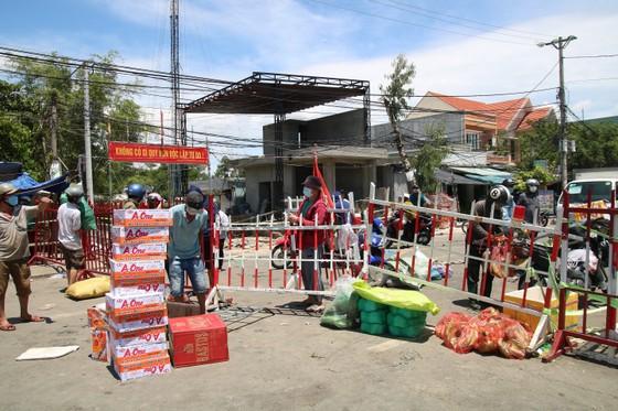 Người dân Quảng Nam gửi hàng hóa ra Đà Nẵng trước giờ 'ai ở đâu ở đó' ảnh 1