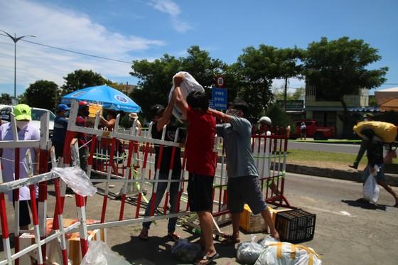 Người dân Quảng Nam gửi hàng hóa ra Đà Nẵng trước giờ 'ai ở đâu ở đó' ảnh 2