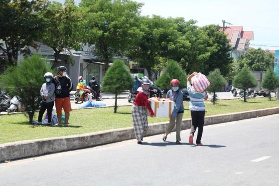 Người dân Quảng Nam gửi hàng hóa ra Đà Nẵng trước giờ 'ai ở đâu ở đó' ảnh 4