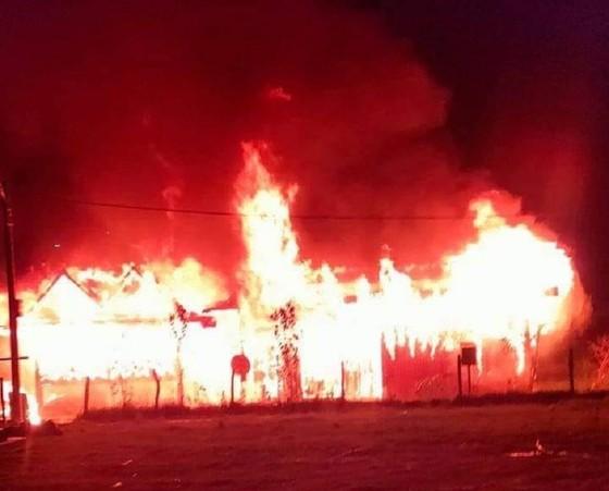 Cháy nhà giữa đêm, hai vợ chồng thầy cô giáo vùng cao Quảng Nam trắng tay  ảnh 1
