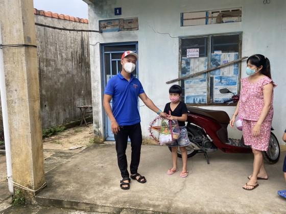 Quảng Nam: Tặng quà Trung thu cho các em nhỏ đang phải cách ly tại nhà ảnh 3