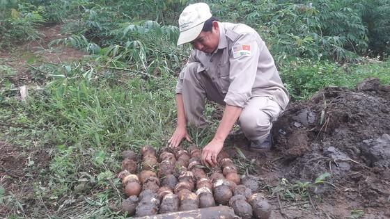Phát hiện hầm chứa gần 300 quả bom bi và đầu đạn tại khu vực biên giới ảnh 1