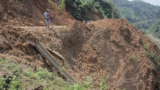Hiểm nguy 'rình rập' người dân vùng biên giới Quảng Trị sau mưa lũ ảnh 3