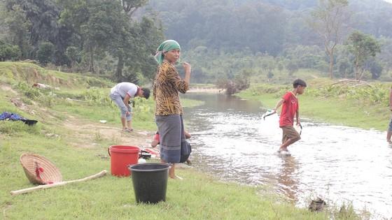 Hiểm nguy 'rình rập' người dân vùng biên giới Quảng Trị sau mưa lũ ảnh 5