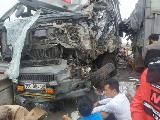 2 xe tải đối đầu trên quốc lộ, 4 người bị thương nặng ảnh 1