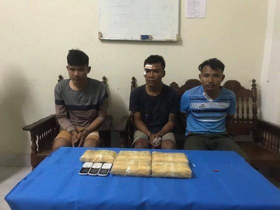 Bắt quả tang 3 đối tượng vận chuyển 30.000 viên ma túy từ Lào về Việt Nam ảnh 1