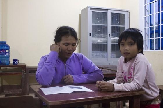 Lạ lùng lớp học nơi bản nghèo, 15 tuổi học mẫu giáo, 60 tuổi vẫn là học sinh ảnh 3