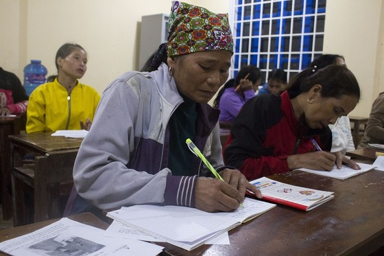 Lạ lùng lớp học nơi bản nghèo, 15 tuổi học mẫu giáo, 60 tuổi vẫn là học sinh ảnh 4