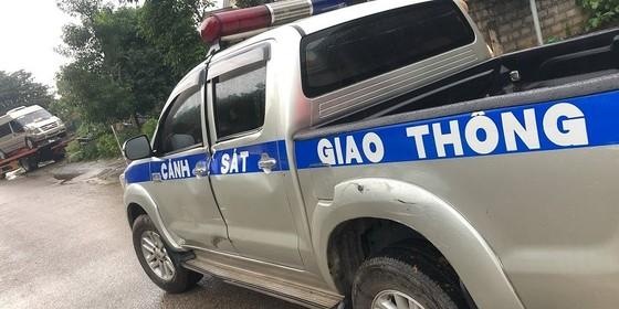 Xe khách chở pháo lậu tông móp xe CSGT khi bị truy đuổi ảnh 1