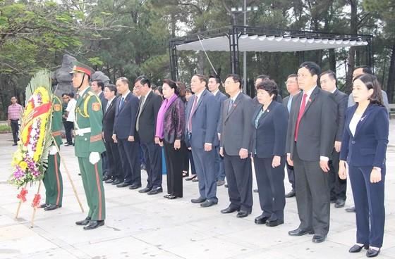Chủ tịch Quốc hội dâng hương tại nghĩa trang liệt sĩ tỉnh Quảng Trị ảnh 1