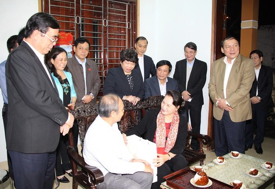 Chủ tịch Quốc hội dâng hương tại nghĩa trang liệt sĩ tỉnh Quảng Trị ảnh 2