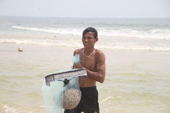 Ngư dân vùng bãi ngang Quảng Trị được mùa ốc ruốc ảnh 4