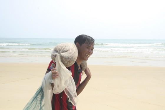 Ngư dân vùng bãi ngang Quảng Trị được mùa ốc ruốc ảnh 6