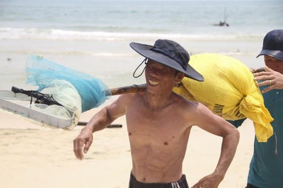 Ngư dân vùng bãi ngang Quảng Trị được mùa ốc ruốc ảnh 10