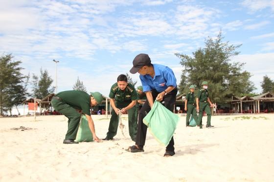 Hàng nghìn bạn trẻ chung tay làm sạch bờ biển Quảng Trị ảnh 2
