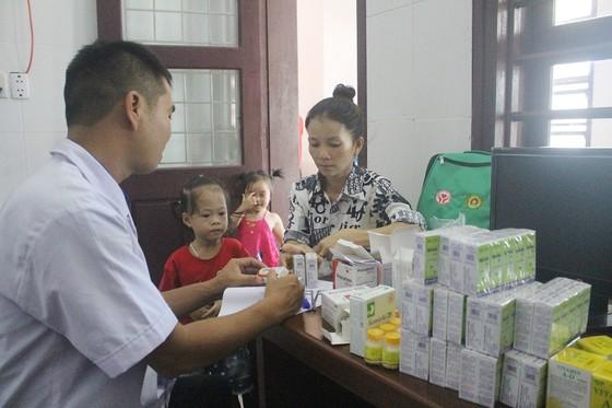Khám chữa bệnh miễn phí và tặng quà cho người dân đảo Cồn Cỏ ảnh 1