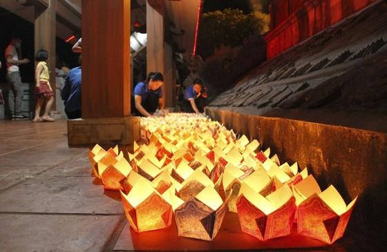 Hàng ngàn người tham gia thả hoa đăng tri ân các anh hùng liệt sĩ  ảnh 1