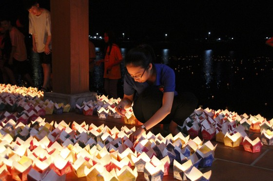 Hàng ngàn người tham gia thả hoa đăng tri ân các anh hùng liệt sĩ  ảnh 2