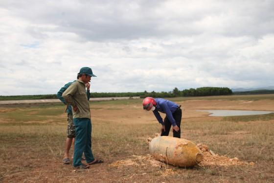 Liều lĩnh thuê máy xúc đào bom hơn 3 tạ tại hồ thủy lợi ảnh 1