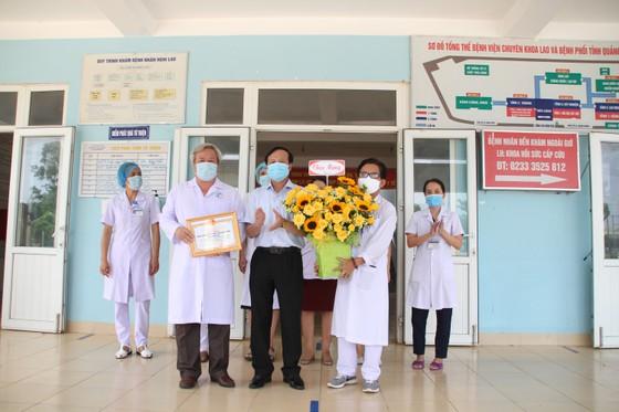 Hai bệnh nhân mắc Covid-19 đầu tiên tại Quảng Trị được xuất viện ảnh 1