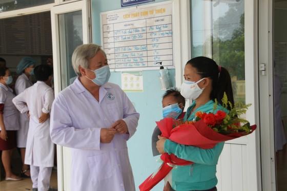 Hai bệnh nhân mắc Covid-19 đầu tiên tại Quảng Trị được xuất viện ảnh 2
