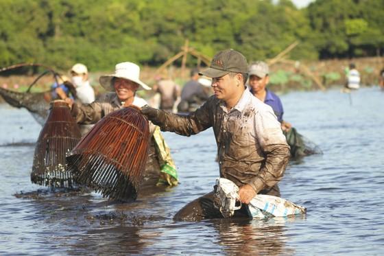 Hàng trăm người reo hò, lội bùn bắt cá cầu may  ảnh 7