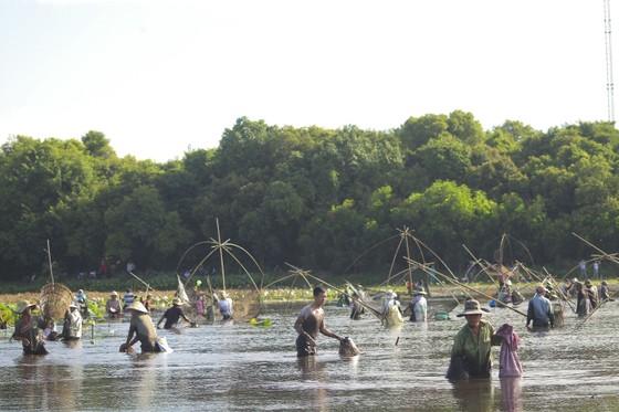 Hàng trăm người reo hò, lội bùn bắt cá cầu may  ảnh 5