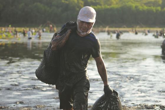 Hàng trăm người reo hò, lội bùn bắt cá cầu may  ảnh 13