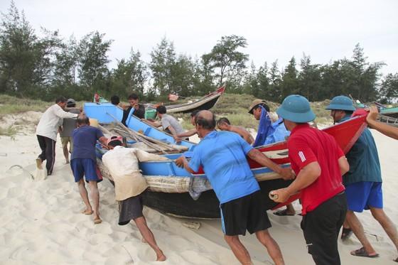 Quảng Trị cấm tàu thuyền ra khơi, cho học sinh nghỉ học để tránh bão số 5 ảnh 4