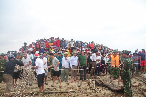 Vượt sóng dữ cứu người trên tàu mắc cạn ảnh 9