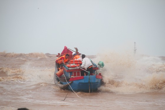 Vượt sóng dữ cứu người trên tàu mắc cạn ảnh 11