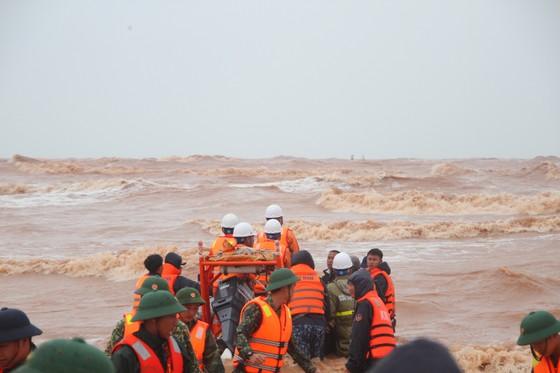 Vượt sóng dữ cứu người trên tàu mắc cạn ảnh 5