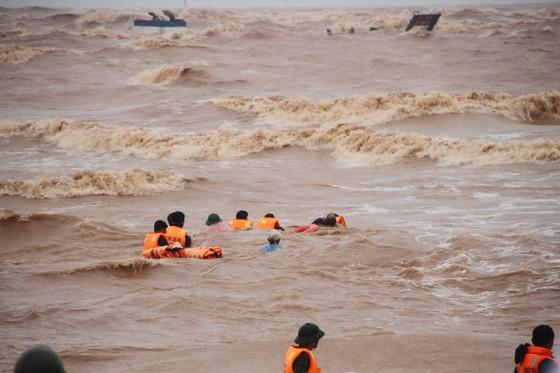 Vượt sóng dữ cứu người trên tàu mắc cạn ảnh 1