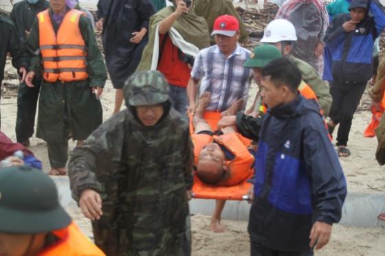 Vượt sóng dữ cứu người trên tàu mắc cạn ảnh 10