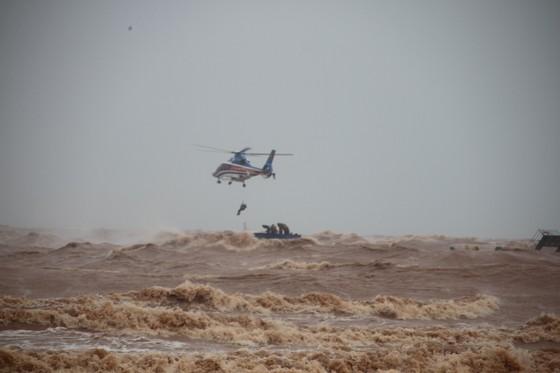 Vượt sóng dữ cứu người trên tàu mắc cạn ảnh 8