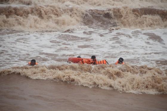 Vượt sóng dữ cứu người trên tàu mắc cạn ảnh 4