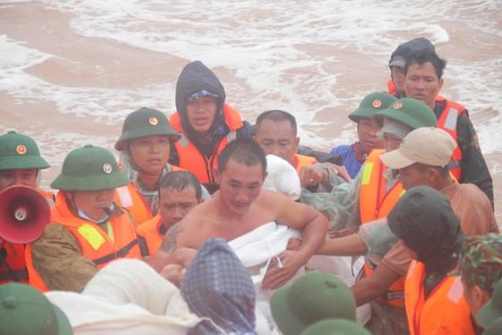 Vượt sóng dữ cứu người trên tàu mắc cạn ảnh 6