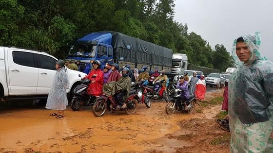 Quảng Nam sạt lở nghiêm trọng, Quốc lộ 9 qua Quảng Trị bị ùn tắc ảnh 8
