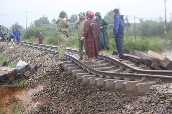 Tuyến đường sắt Bắc - Nam đoạn qua Quảng Trị bị sạt lở ảnh 2