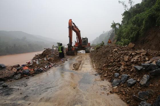 Quảng Nam sạt lở nghiêm trọng, Quốc lộ 9 qua Quảng Trị bị ùn tắc ảnh 10