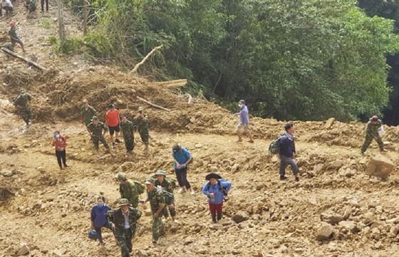 Hướng Việt tan hoang sau lũ, 2 lần tiếp tế khẩn cấp bằng trực thăng ảnh 15