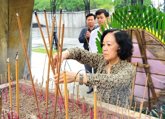 Trưởng Ban Dân vận Trung ương thăm hỏi, động viên người dân vùng lũ tỉnh Quảng Trị ảnh 2