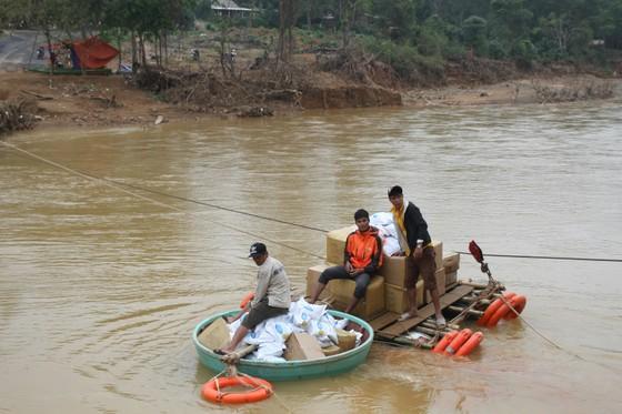 Dùng dây cáp và bè tạm vượt sông dữ trao quà cho người dân vùng lũ Quảng Trị ảnh 3