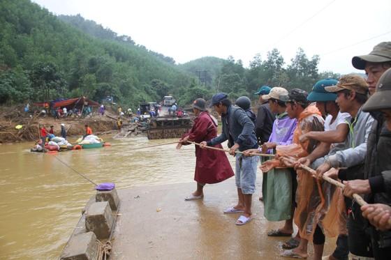 Dùng dây cáp và bè tạm vượt sông dữ trao quà cho người dân vùng lũ Quảng Trị ảnh 2