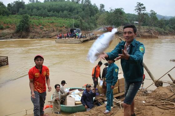 Dùng dây cáp và bè tạm vượt sông dữ trao quà cho người dân vùng lũ Quảng Trị ảnh 5